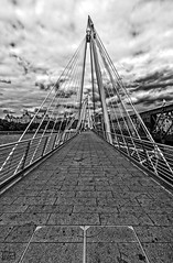 Golden Jubilee Bridges. (D. Lorente) Tags: dlorente nikon nubes ro perspective paseando puente bw bn bridges london
