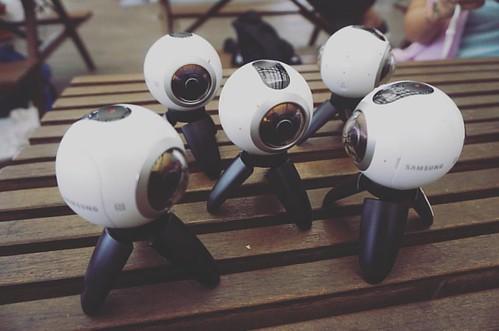 Satu unit #Gear360 untuk sebuah peristiwa, apa jadinya bila ada beberapa perangkat sekaligus di titik berbeda?? Sebuah peristiwa yang bisa dinikmati berulang kali dengan sudut pandang berbeda oleh seorang pengguna. Itu baru #360stories yg asik.