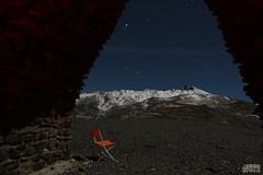 2 AM Sierra Nevada (Σαπφώ de Mitilene) Tags: sierra nevada noche frío mejorable nieve silla naranja larga exposición