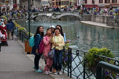 selfie fun (I) (pix-4-2-day) Tags: selfie stick fun women asian smiling funny mobile phone cell monopod photograph foto selbstauslser river fluss stadt city street photography bridge brcke arches bgen bogen arch pix42day