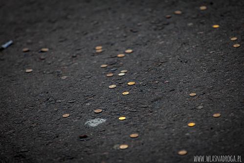 Monety na szczęście rozsypywane na szczycie góry