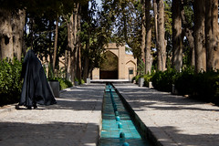 Women in black hijab wandering in Bagh-e Fin, Kashan, Iran (berengere.cavalier) Tags: fountain garden pond iran womeninblack blackscarf fingarden baghefin