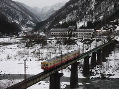 Alpine Express (yukky89_yamashita) Tags: bridge winter mountain snow japan train river valley toyama 富山地方鉄道