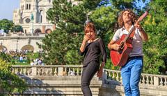 Chanter Montmartre (julienrosique) Tags: paris montmartre chanteur