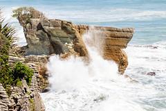 Ola rompiendo en las Pancake Rocks (Andrs Guerrero) Tags: agua airelibre beach coast costa mar newzealand nuevazelanda oceana olas pancakerocks playa punakaiki rocas rocks sea shore water waves westcoast ola