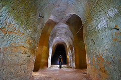 Des galeries vertes (flallier) Tags: carrière souterraine ocre underground ochre ocher quarry silhouette champignonnière jaune vert green
