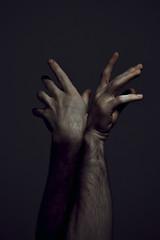 304 // 366 - Cornamenta / Antlers (Job Abril) Tags: manos hands cuerpo bodyparts malebody autorretrato selfportrait light chiaroscuro artisticphotography conceptualphotography 365 nikon