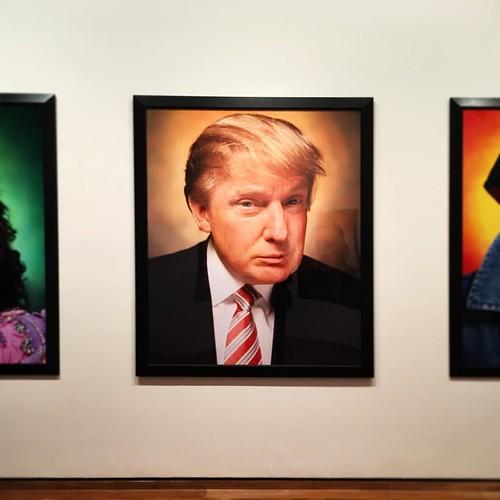 Donald #Trump par Andres #Serrano à la Maison Européenne de la Photographie #MEP > Une photo vieille de 12 ans. Suite au 9/11, le photographe constituait alors une série de portraits définissant l' #Amérique, un portrait de ce qui était manifestement pour