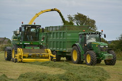 John Deere 7750 SPFH filling a Gillespie Trailer drawn by a John Deere 6150R Tractor (Shane Casey CK25) Tags: john deere 7750 spfh filling gillespie trailer drawn 6150r tractor jd green shannagarry self propelled forage harvester silage silage16 silage2016 grass grass16 grass2016 winter feed fodder county cork ireland irish farm farmer farming agri agriculture contractor field ground soil earth cows cattle work working horse power horsepower hp pull pulling cut cutting crop lifting machine machinery nikon d7100 traktori tracteur traktor trekker trator ciągnik collecting