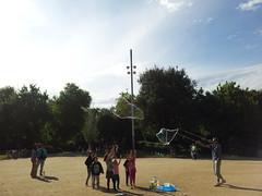 """Niños jugando con burbujas en el Parque de la Ciudadela • <a style=""""font-size:0.8em;"""" href=""""http://www.flickr.com/photos/78328875@N05/23201980121/"""" target=""""_blank"""">View on Flickr</a>"""