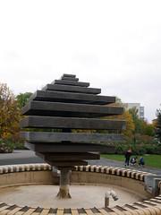 Der Brunnen. / 21.10.2016 (ben.kaden) Tags: berlin marzahn kunstimffentlichenraum kunstderddr rolfwinkler 1983 sitzbrunnen 2016 21102016 marchwitzastrase