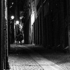 Pela noite / By night (Francisco (PortoPortugal)) Tags: 2102016 20160308fpbo2620 pb bw noite night luz light pessoas people porto portugal portografiaassociaofotogrficadoporto franciscooliveira