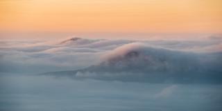 Nebelumspülte Hügel des Lausitzer Gebirges