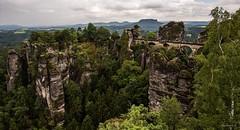 Schsische Schweiz - Die Bastei (Pana53) Tags: photographedbypana53 pana53 schsischeschweiz sachsen lohmen rathen bundesland deutschland felsen gebirge outdoor landschaftsaufnahmen naturundlandschaftsfotografie festung aussicht elbe felsenriff nikon nikond810 landschaft bume wald natur