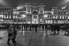 Milano - Novembre 2016 (Maurizio Tattoni....) Tags: milano italy lombardia piazzaduomo galleriavittorioemanuele persone street notte bn bw blackandwhite biancoenero monocrome leica mauriziotattoni
