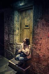 Los colores de una sombra (good_for_nothing) Tags: shadow color luz canon mujer puerta madera sombra lámpara callejón penumbra pensativa sentada 2470 5dmarkii