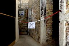 _DSC6361klein (Volker Meissner) Tags: venice red white rot art sign modern la arte kunst chain schild biennale cartello rosso venezia bianco venedig arsenal moderno prohibition arsenale kette divieto verbot 2015 weis filza