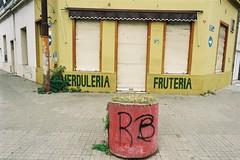 186-09 (Fernando Sarano) Tags: 18609 2016 argentina film35mm frutería fujifilm iso200 nikkor24mmf28 nikonn70 rosario urquizayconstitución verdulería