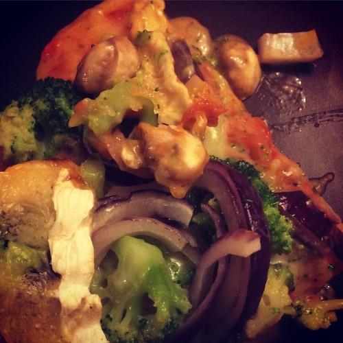 Pizza 🍕 brocolis et camembert avec un oignon rouge et des champignons 🍄