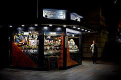 Monerris Sirvent, turroneros desde 1895 (pepe amestoy) Tags: streetphotography people nightphoto alicante spain fujifilm xe1 voigtlnder color skopar 2535 leica m mount
