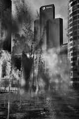 Du pétrole à La Défense (Lesquinois) Tags: noiretblanc ville paris fontaine agglomération fountain immeuble building pétrole défense