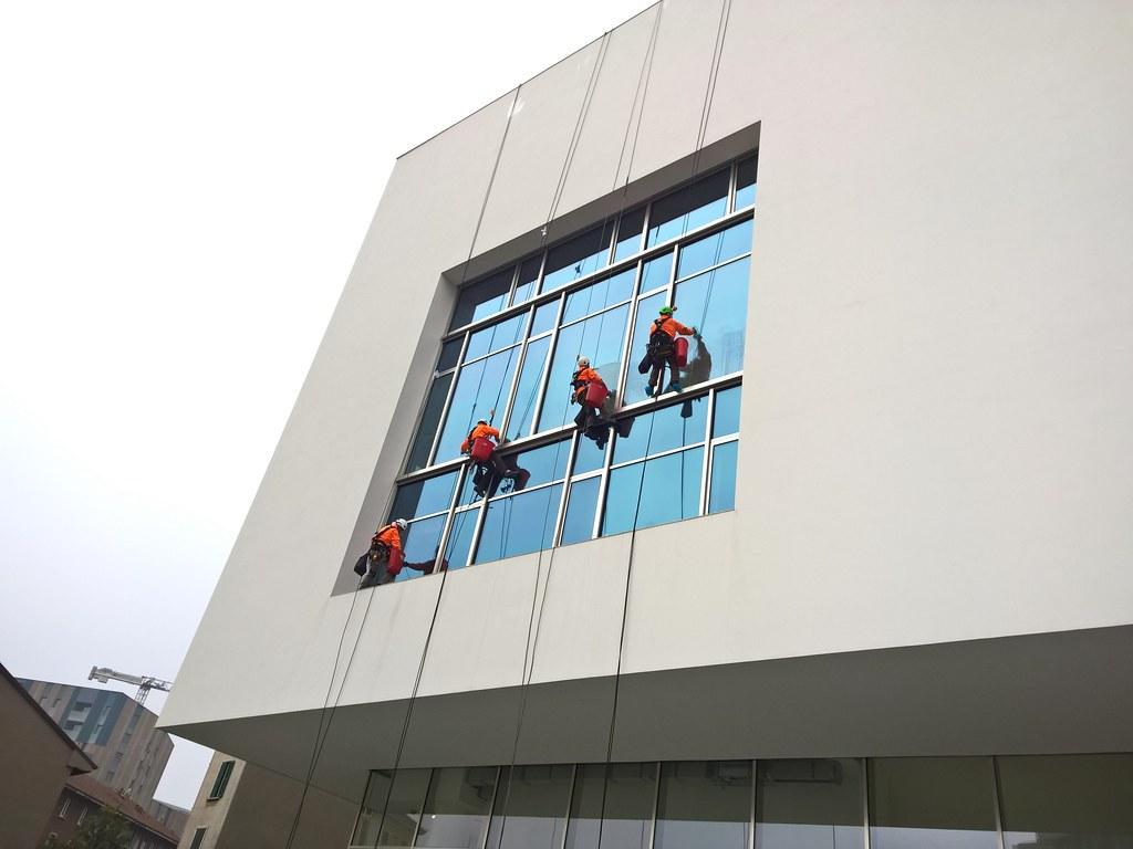 #277CA4  limpeza uomini trabalhadores pulizia vidros portanuova limpieza 824 Limpeza Janelas Vidros