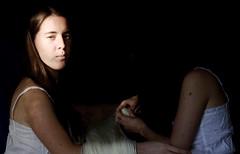 Hermanas (Victoria Marte) Tags: hermanas retrato amor tripas madeja luznatural microcuatrotercios