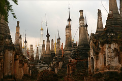 Stupas (*Kicki*) Tags: stupas pagodas inndain shweinndeinpagoda shweinndein inndein myanmar burma shanstate inlelake inle inlay inlaylake 50mm shweinntheintemple temple culture architecture