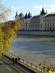 fin d'aprs midi d'automne (b.four) Tags: laseine conciergerie paris