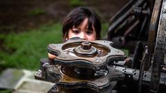 (hiperYo) Tags: girl machine gear niña hiding máquina escondida engranaje