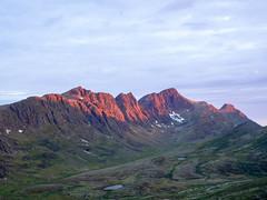 Sundown: Nasaasaaq (~janne) Tags: sky sun circle sonnenuntergang sundown himmel arctic berge trail greenland environment sonne zuiko act kamera omd umwelt em1 grnland 1240mm kaellingehaetten nasaasaaq arcticcircletrail weiberkapuze