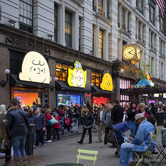 Macy's Christmas Crowd (Joel Raskin) Tags: christmas street nyc newyorkcity windows people urban square store holidays manhattan crowd 34thstreet broadway peanuts 11 departmentstore macys charliebrown shoppers heraldsquare storedisplay a7ii a7m2 sel35f28z ilce7m2