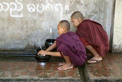 Nios monje lavando su cuenco de comida en el Monasterio Mahagandhayon, en Amarapura (Myanmar-Birmania), 2005. (Luis Miguel Surez del Ro) Tags: burma monastery monks myanmar amarapura boudhism mahagandhayon