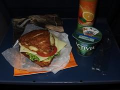 Vegetarisch belegte Laugenecke von der Bckerei Coors (Osnabrck Hbf) mit Orangensaft (Meisterland) und Joghurt (Danone) als Frhstck im Zug (multipel_bleiben) Tags: essen picknick vegetarisch joghurt frhstck gastronomie