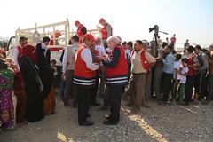 عمليات الاغاثة وتقديم المساعدات الى العوائل النازحة من مختلف قرى ومناطق محافظة #نينوى (17) (جمعية الهلال الاحمر العراق) Tags: نينوى مساعداتانسانية مساعدات موصل