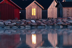 Solen är uppe (evisdotter) Tags: morning light reflection window sunrise soluppgång mariehamn åland boathouses sooc båthus speglingar sjöbodar sjökvarteret