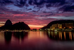 Amanhecendo na Praia de Botafogo - Rio de Janeiro (mariohowat) Tags: alvorada amanhecer sunrise nascerdosol praiadebotafogo enseadadebotafogo natureza riodejaneiro noturnas longaexposio brasil brazil sugarloaf morrodopodeaucar morrodaurca