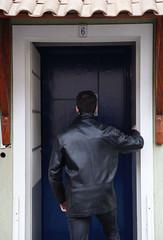 mantenha distancia do carro da frente 03 (Paulo Pampolin) Tags: porta estranho homem jaqueta couro