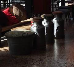 relax sui puff aspettando il menu' (Melvintay) Tags: menu relax puff trattoria cuscini