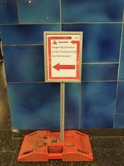mittig des Bahnsteiges (mkorsakov) Tags: sign bahnhof baustelle schild ubahn wtf constructionsite hbf dortmund hust rechtschreibung ausdruck plenk
