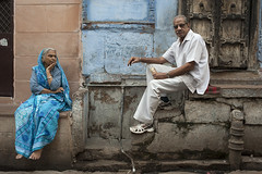 JODH-7824 Koppel op de stoep (rose.vandepitte) Tags: woman india man outdoor streetphotography rajasthan jodhpur