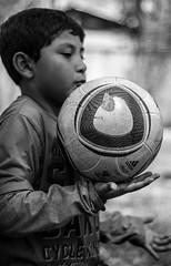 Espritu futbolero (Lukas Osses Codelia) Tags: chile santiago gente perro paseo futbol libre sed pular pelota abuelo vagabundo ahumada vago monocromatico pordiosero