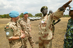 UN Beobachter (Offizieller Auftritt der Bundeswehr) Tags: sudan rumbek soldaten ocha patrouille unbeobachter sdsudan befehlsausgabe auslandseinstze bundeswehrfotos