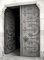 Dinan (Hellodelyon) Tags: door bw white black noir bretagne porte blanc dinan nikoncoolpixp7100