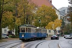 Wieder auf der Rckfahrt verlsst der Zug die Haltestelle am Regerplatz (Frederik Buchleitner) Tags: 1401 490 dwagen linie29 linie7 maximumdrehgestell munich mnchen strasenbahn streetcar tram trambahn fwagen mnchen straenbahn