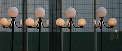 Rptition (Pi-F) Tags: rptition lanterne lampadaire globe boule rflection miroir vitre ombre building moderne architecture faade