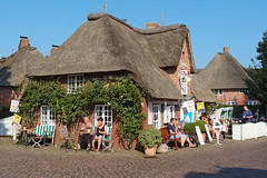 Nieblum (Fhr), Germany (SilentJay76) Tags: nieblum schleswigholstein germany island fhr nordsee insel nordfriesland thatched house reetdach cafe cobblestone street roof cafecappuccino eiswaffelhaus