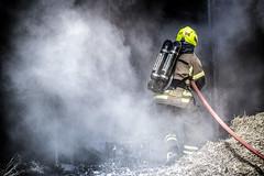 lmh-røyken002 (oslobrannogredning) Tags: bygningsbrann brann nedbrenning nedbrenningsøvelse flammer røykdykker røykdykkere røykdykking øvelse trening