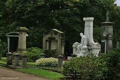 Nordfriedhof Dsseldorf (Sandra Kuhn) Tags: cemetery dark skulptur grab dsseldorf grabstein tod statuen schwarz stille schmerz trauer nordfriedhof grabsttte
