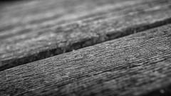 Auf dem Holzweg (Skley) Tags: foto minimal schwarz nahaufnahme weis minimalismus holzweg holzholzbrett